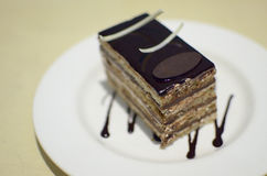 Netter Kuchen im weißen Teller Lizenzfreies Stockbild