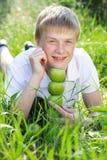 Netter lächelnder blonder jugendlich Junge mit Pyramide des Grüns Lizenzfreies Stockfoto