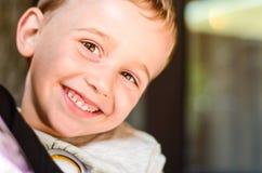 Netter lächelnder Junge Stockbild