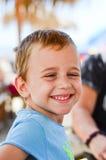 Netter lächelnder Junge Stockfotografie