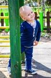 Netter lächelnder Junge im Freien Lizenzfreie Stockfotos