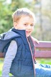 Netter lächelnder Junge im Freien Lizenzfreies Stockfoto