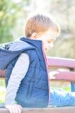 Netter lächelnder Junge im Freien Lizenzfreie Stockbilder