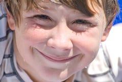 Netter lächelnder junger Junge stockbild