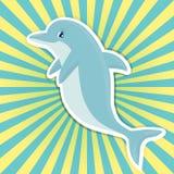 Netter lächelnder Karikaturdelphin auf hellem Sonnendurchbruch Lizenzfreie Stockfotografie