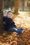 Netter lächelnder kleiner Junge im Herbst Stockbild