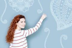 Netter lächelnder Lehrer beim Zeichnen auf die Tafel Lizenzfreie Stockbilder