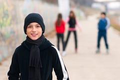 Netter lächelnder Teenager draußen mit Freunden Stockfoto
