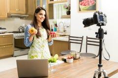 Netter Lebensmittel Blogger, der ein Video notiert Stockbild