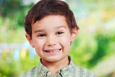 Netter lustiger Junge mit dem überraschten Gesicht getrennt Stockfoto