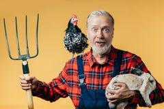 Netter lustiger Landwirt nach der Arbeit lizenzfreies stockfoto