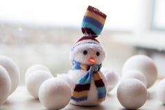 Netter lustiger Spielzeugschneemann als Symbol von Weihnachten auf weißem Hintergrund, Dekor für neues Jahr Lizenzfreie Stockfotos