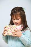 Netter Mädchenöffnungs-Geschenkkasten lizenzfreie stockfotografie