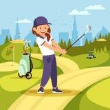 Netter Mädchen-Golf-Spieler, der Schwingen auf grünem Kurs nimmt stock abbildung
