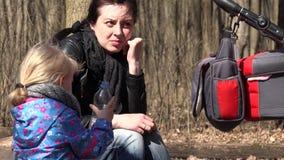Netter Mädchen-Lauf im Wald mit Mutter trinkt ein Wasser 4K UltraHD, UHD stock video