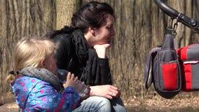 Netter Mädchen-Lauf im Wald mit Mutter trinkt ein Wasser 4K UltraHD, UHD stock footage