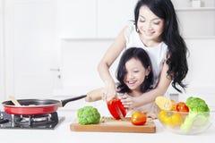 Netter Mädchen- und Mutterausschnittpaprika stockfoto