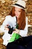 Netter Mädchenphotograph bei der Arbeit Lizenzfreie Stockfotografie
