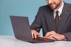 Netter männlicher Ankermann arbeitet mit einem Notizbuch lizenzfreie stockfotografie