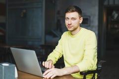 Netter männlicher Blogger schreibt einen neuen Artikel Stockfoto