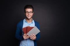 Netter Mann, der Anmerkungsbücher hält Stockbilder