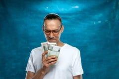 Netter Mann, der auf blauem Hintergrund aufwirft Lizenzfreies Stockbild