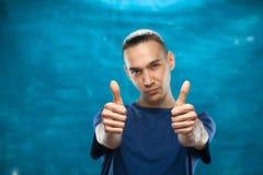 Netter Mann, der auf blauem Hintergrund aufwirft Lizenzfreie Stockbilder