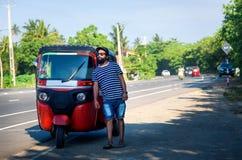 Netter Mann, der das tuk tuk Taxi bereitsteht lizenzfreie stockfotografie