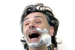 Glücklicher Mann mit Rasierbürste stockfotografie