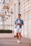 Netter Mann mit Fotokamera gehend in die Stadt Lizenzfreies Stockbild