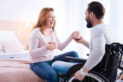 Netter Mann und behinderte Frau, die heraus lautes lacht Stockfoto