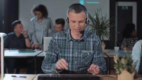 Netter Manncall-center-Betreiber bei der Arbeit stock footage