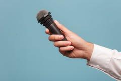 Netter Mannesfernsehjournalist macht einen Bericht Lizenzfreie Stockfotos