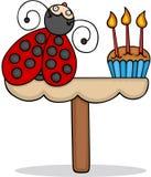 Netter Marienkäfer mit Geburtstagskuchen lizenzfreie abbildung