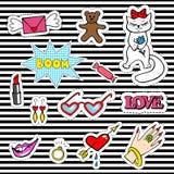 Netter Modeflecken wird mit den Lippen, Herz, Katze, Ring, Bonbon, Teddybär deutlich Lizenzfreie Stockfotos