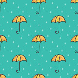 Netter nahtloser Musterhintergrund der Karikaturgekritzelregenschirm- und -wassertropfen Lizenzfreie Stockbilder