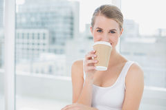 Netter netter blonder trinkender Kaffee Lizenzfreie Stockfotografie