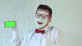 Netter Pantomime mit einem Telefon in seiner Hand stock video