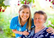 Netter Patient und Krankenschwester lizenzfreies stockbild