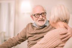 Netter Pensionär, der Augen seiner Frau untersucht lizenzfreie stockbilder