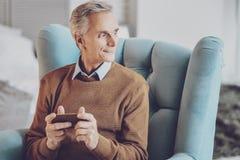 Netter Pensionär, der Rest zu Hause hat lizenzfreie stockfotos