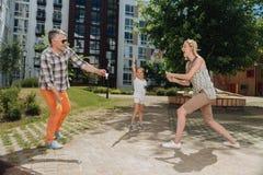 Netter positiver Ehemann und Frau, die Badminton spielt Stockfoto