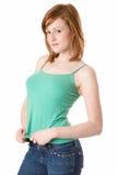 Netter Redhead im grünen Trägershirt Lizenzfreies Stockfoto
