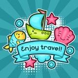 Netter Reisehintergrund mit kawaii Gekritzeln Sommerkollektion nette Zeichentrickfilm-Figuren fischen, schälen, versenden, bewölk Lizenzfreie Stockbilder