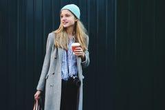 Netter reizend blonder weiblicher Tourist Lizenzfreies Stockfoto