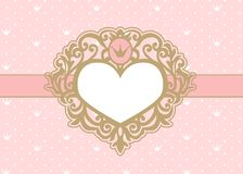 Netter rosa Hintergrund mit Tupfen und Krone Luxusgoldfotorahmen in Form eines Herzens stockbild