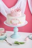 Netter rosa Kuchen mit einer Krone auf dem Tisch zum Geburtstag für eine Prinzessin Lizenzfreie Stockfotografie