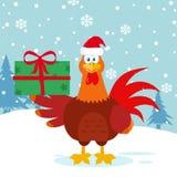 Netter roter Hahn-Vogel-Karikatur-Maskottchen-Charakter mit Santa Hat Holding Gifts Lizenzfreie Stockfotos