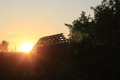 Netter roter Sonnenuntergang in einem Sommer Lizenzfreies Stockfoto