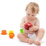 Netter Säuglingsjunge mit Apfel Stockfotos